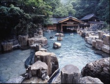 """18ヵ所もの温泉を抱える""""湯の町みなかみ""""を代表する宝川温泉の大露天風呂。"""